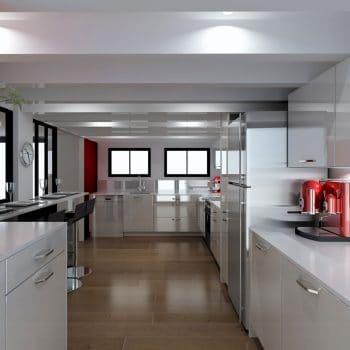 La cuisine lumineuse réalisée par le magasin L'intérieur Nantes
